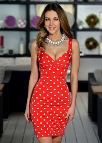 f6c1573bee2 Платье красного цвета в белый горошек – вариант для смелых модниц