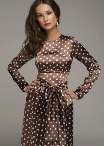 cd10c061b32 Очень элегантно смотрятся платья коричневого цвета в белый горошек. Такие  модели создают мягкий