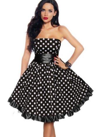 Платье в горошек средней длины
