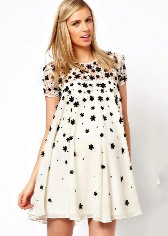 0a271bba0c7 Το φόρεμα έχει μια ελεύθερη περικοπή, έτσι ώστε η μελλοντική μαμά σε αυτό  το φόρεμα θα είναι άνετα.