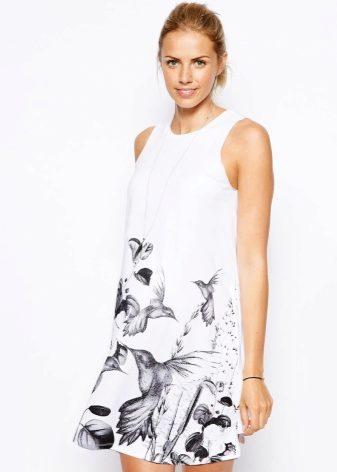 30065111647 Το φόρεμα μπορεί να φορεθεί με γκέτες και γκέτες, καθώς και με μαύρες  σφικτές κάλτσες. Σε αυτή την περίπτωση, το φόρεμα συμπληρώνεται από ένα  κοντό μπουφάν, ...