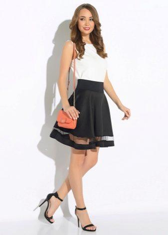 Расклешенная черная юбка