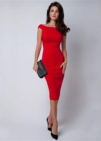 Красивую брюнетка в красном платье