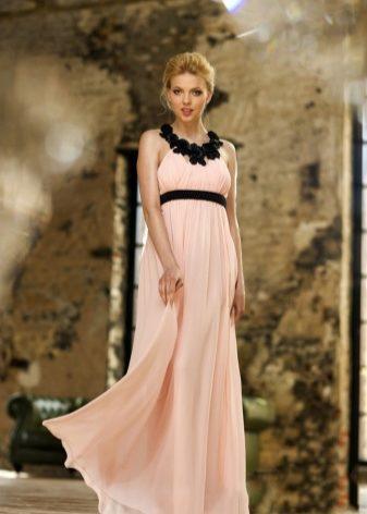 d450a7e5d4c8 Отличным выходом является создание образа в греческом стиле, когда длинное платье  отлично гармонирует с сандалиями. Увидев вас в таком образе, никому даже в  ...