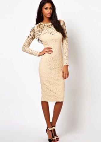 8715b25e976 Нежное кружево в сочетании с классическим фасоном платья создает элегантный  и изысканный образ. Такое платье подчеркнет достоинства фигуры и будет  уместно и ...