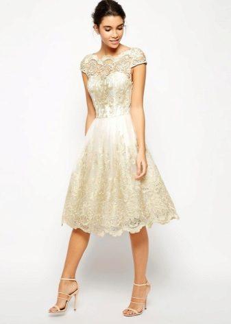 155d572f89166ae Вечернее платье с кружевом предполагает обувь на каблуке. Это могут быть  элегантные туфли или босоножки, подходящие по цвету к платью.