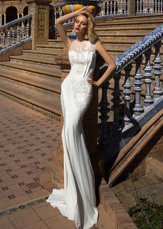 1216a6802f4 Свадебная коллекция представлена платьями с длинной юбкой. Юбка плавно  облегает ноги