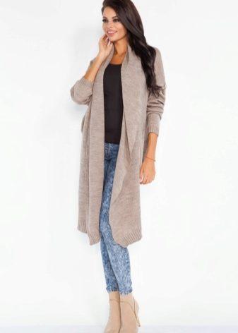edc93fd573be Ak sa pletený sveter s pančuchami zdá byť príliš riskantný - noste ho s  úzkymi džínsami