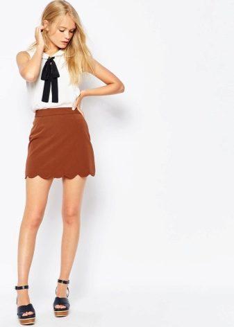 e88fe7559ab Укороченная модель юбки-трапеции идеально подойдет девушкам маленького  роста и достаточно стройного