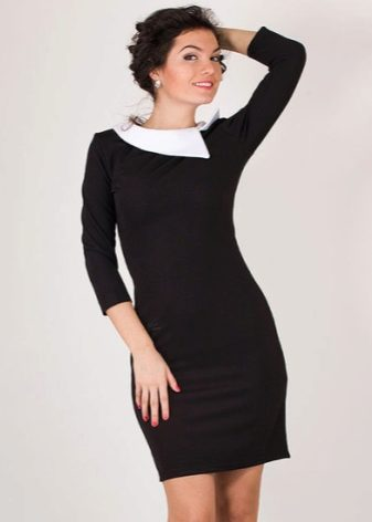 e0f88483b22 Ένα κλασικό μαύρο φόρεμα με λευκό κολάρο συνδυάζει παπούτσια με τετράγωνα  παπούτσια και κομψές μπότες αστράγαλο.