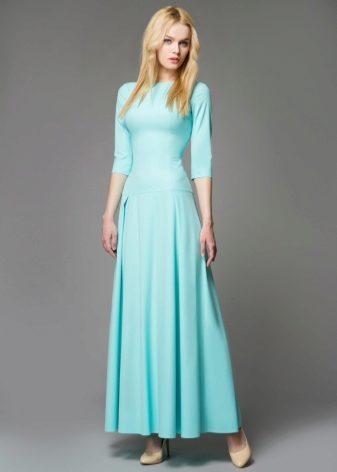 b57324e8f66 Удивительно нежным смотрится гипюровое платье в пол с длинными облегающими  рукавами и шелковой подкладкой в тон.