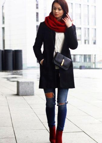 Бежевое пальто с разрезом