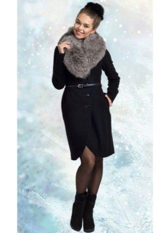 e814ca4110b Мех чернобурки на пальто из кашемира выглядит органично и интересно