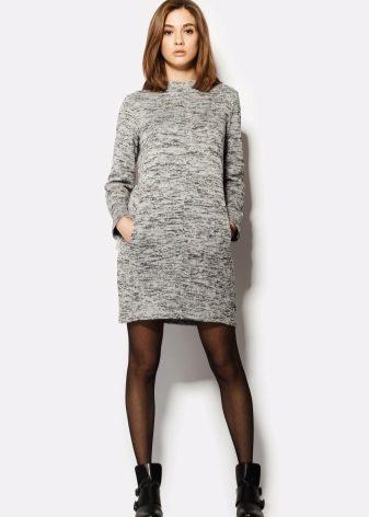1ef2c3f27fc Светло-серое платье с бантиком защитит от простуды ненастным осенним днем.  Удобные черные ботинки – практичное