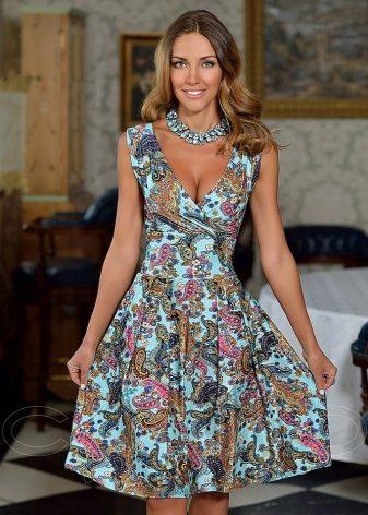 454a382f23e Для дам с С-силуэтом советуют подбирать платья с V-образным вырезом