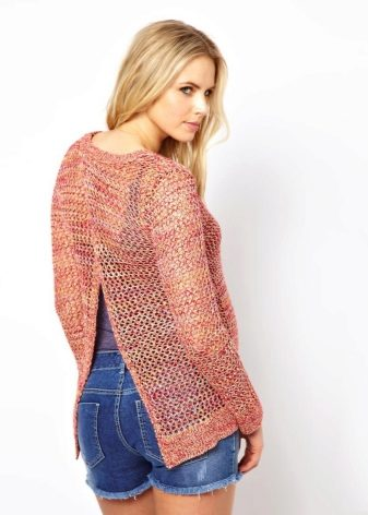 сиреневый свитер спицами с разрезом впереди