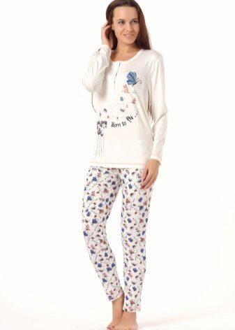 6e38c7696133a Для романтичных натур дизайнеры предлагают пижамы с цветочными принтами.  Необычайно женственно на домашних комплектах выглядят изображения бабочек и  ...
