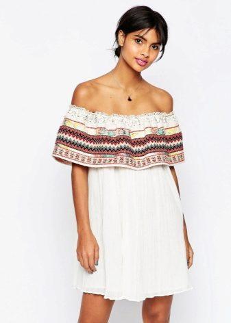 Платье с воланом на плечах из какой ткани