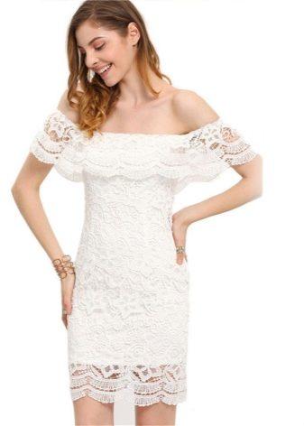 7fb7985dc1d При небольшом объеме груди платье с воланом на плечах – находка. Смело  выбирайте модели с открытыми плечами на резинке