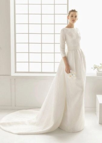 f05760d44ac Для крестин идеально подойдет платье со шлейфом. Белоснежное