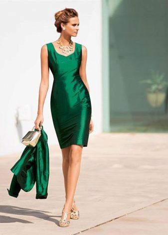 de481d56d65 Шифон в изумрудном платье отлично выглядит в драпировке или с оборками. Эта  ткань в сочетании с ярким зеленым цветом создает воздушный образ.