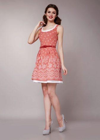 С чем носить коралловое платье (113 фото): макияж, маникюр, в пол, какие бусы подойдут, какие туфли подойдут, короткое