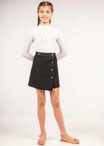 4909319adad Самый распространённый силуэт школьной юбки с запахом – это трапеция. В школьной  варианте запах обычно застёгивается на кнопку или на пуговицу.