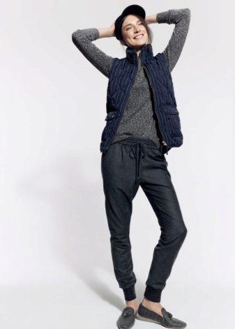 fff4d4c7 Спортивные штаны утепляют пухом, шерстью или заменителем. Ткань обычно  используется непромокаемая. Особенно приятными являются штаны с начесом.