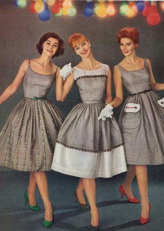d78729104392 Šaty v tomto období byly pozoruhodné pro zajímavou výstřih. Nebyla příliš  otevřená