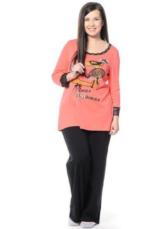 Основными особенностями пижамы для женщин с широкими бедрами стали  комплекты со спокойными однотонными штанами свободного кроя. 5e05776ca9cf7