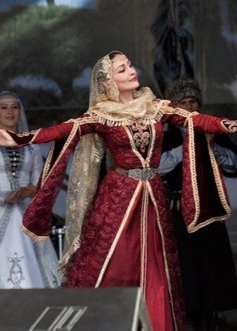 4c07c3c6e53fb89 Верхнее платье походит на халат или накидку. Застежка у него только на  талии, чтобы оставить на виду нагрудники.