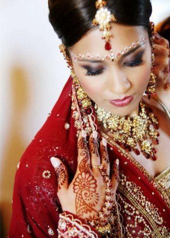 Красотка индийские девушки с большой грудью эротическое