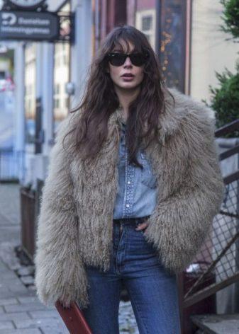 Γούνα με κορδόνι λευκού χρώματος. Επιλογή για έξοδο. Δώστε προσοχή στο πώς  ένα τέτοιο γούνινο παλτό συνδυάζεται με δερμάτινες γούνες και ένα καπέλο. 22bfed34196