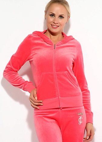 85490dda79e2 В велюровых спортивных костюмах Juicy Couture вы встретите звезд  шоу-бизнеса, отдающим предпочтение дорогой, брендовой одежде.