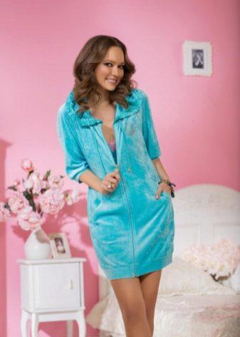 b5d20cb21fd0e Велюровые женские халаты представлены разными моделями, с пуговицами,  молнией, с капюшонами. Самый удобный вариант – велюровый халат на молнии.