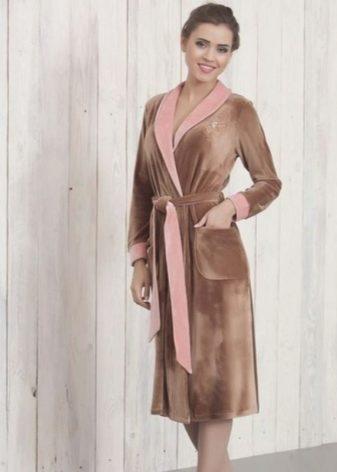 a410a77e2ea79 Современные модели давно отошли от устоявшихся стереотипов, сделав женский домашний  халат по-настоящему стильной и элегантной одеждой.