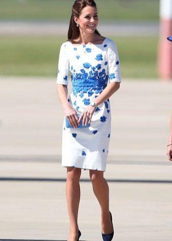 Белое платье с яркими туфлями