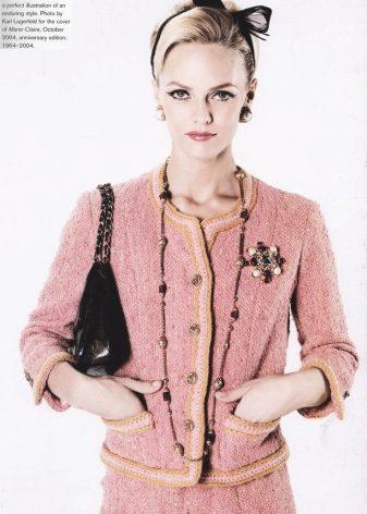 Несмотря на то, что сама Коко Шанель была поклонницей брюк, ее первые  костюмы были с юбкой. Классическая длина юбки — чуть ниже колен. cc4e89820df