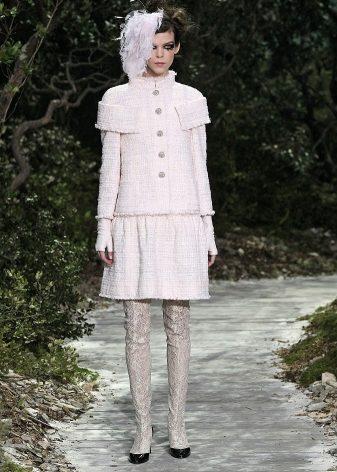 Классическими цветами Шанель считают черный и белый. Именно их можно было  чаще всего встретить в коллекциях Мадемуазель. Сейчас Карл Лагерфельд  предлагает ... cb17019a698