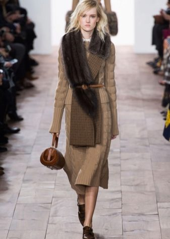 Шарф Шанель (29 фото): шарф от Chanel, Michael Kors, Cacharel и Шанца, коричневый оригинал