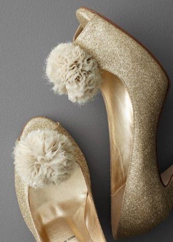 Свадебные туфли 2018-2019(109 фото): белые туфли на свадьбу для невесты, на низком каблуке, на танкетке, без каблука и на платформе