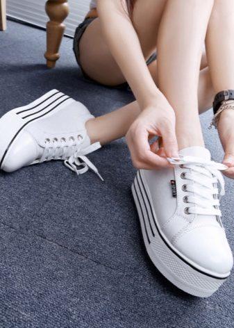 3ed4adf04 Такие туфли имеют ровную платформу. Данная модель больше относится к  спортивному стилю, т.к. туфли довольно удобные для активного  времяпровождения.