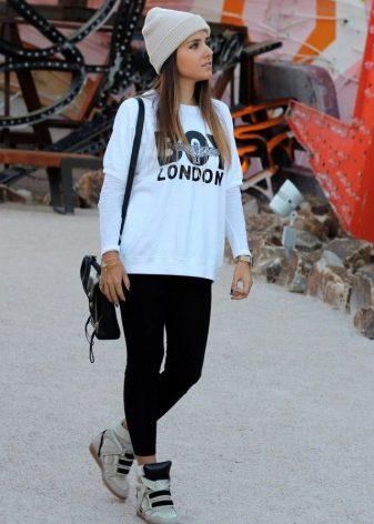 b7d290f2df11 В процессе создания одежды и обуви Adidas часто сотрудничает с именитыми  дизайнерами. К примеру, относительно недавно в создании сникерсов приняла  участие ...