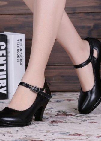 99860420c Отличным вариантом для офисного «лука» станут туфли на небольшом каблуке с  ремешками. Такая модель придаст ретро — шика.