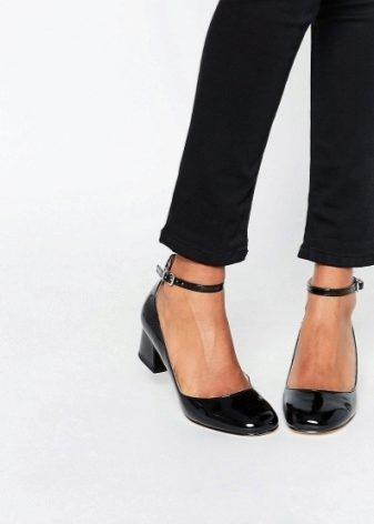 186e9a118 Лаковые туфли на низком каблуке всегда были на пике популярности. Такая  обувь смотрится эффектно и прекрасно дополняет любые наряды.