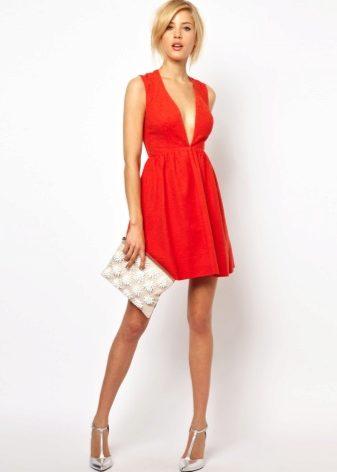 64727fd1106e5a9 При выборе обуви стоит учитывать и фасон платья, и общий стиль. Сегодня мы  разберем все нюансы подбора идеальной обуви к красному платью.
