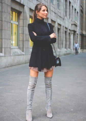 Серые ботфорты (48 фото): с чем носить зимние сапоги на каблуке из замши, образы и сочетания, брендовые женские модели