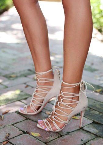 Босоножки на шнуровке (33 фото): модели на шнурках