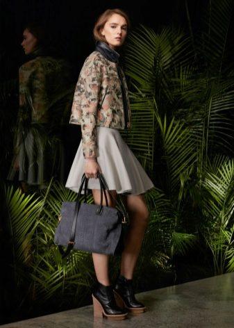 e106bb3f1 Помимо брюк ботинки на толстой подошве эффектно смотрятся с юбками и  платьями, которые не обязательно тоже должны быть грубыми.