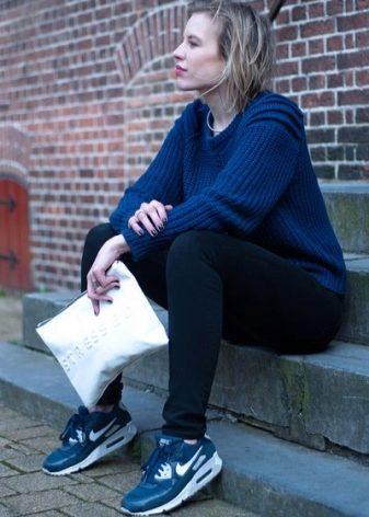release date: 00b78 55562 Svart nike sneakers, förutom att vara praktisk, ser också väldigt snygg ut.  De är lätta att kombinera med både sportig och avslappnad stil, med jeans  och ...